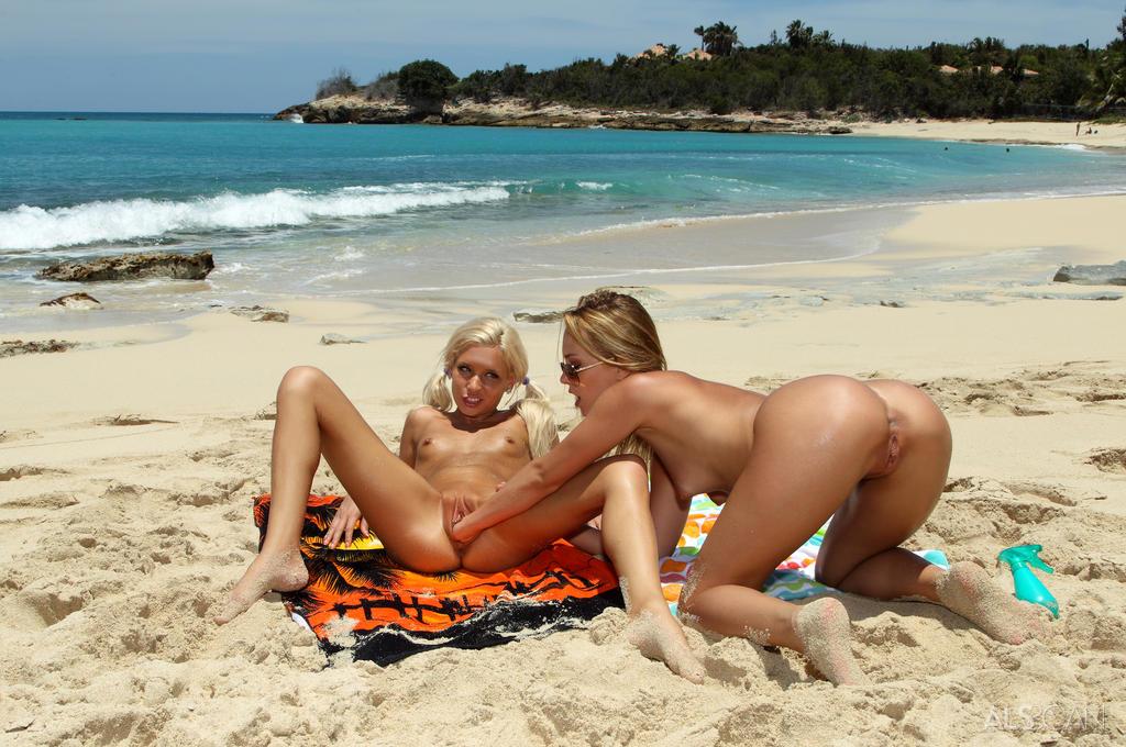 Фото голых лесби на нуд пляжах в россии